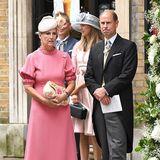 Sophie kombiniert den eleganten Retro-Look in zartem Pink mit floral verzierterClutch und passenden Hütchen. Richtig verspielt ist zumindest Prinz EdwardsKrawatte zum klassischen Hochzeitsfrack:Sie zeigt ein comichaftes Großkatzen-Design.