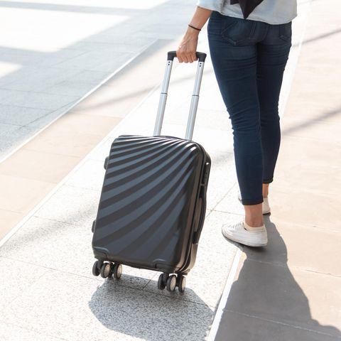 Frau mit Koffer, Rollenkoffer