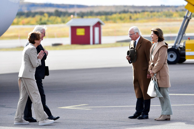 Das schwedische Königspaar empfängt seine Gäste am Flughafen