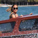 Und passend zum monochromen Look trägt Jennifer Lopez ihre Sonnenbrille in Schwarz-Weiß.