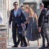 Im lässig-elegantenPartnerlook in Schwarz-Weiß streifen Ben Affleck und Jennifer Lopez mit ihrer ganzen Entourage durch Venedig. J.Los gestreiftes Nadelstreifenkleid ist übrigens ein Zweiteiler, den sie mit sommerlichen Stilettos kombiniert.