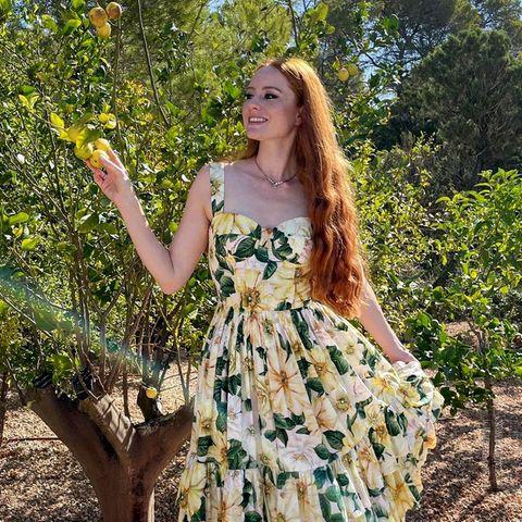 Blumig gestylt pflückt sich Barbara Meier an ihrem letzten Urlaubstag nochein paar Zitronen, und sauer werden kann bei diesem tollen Sommerlookwirklich keiner.