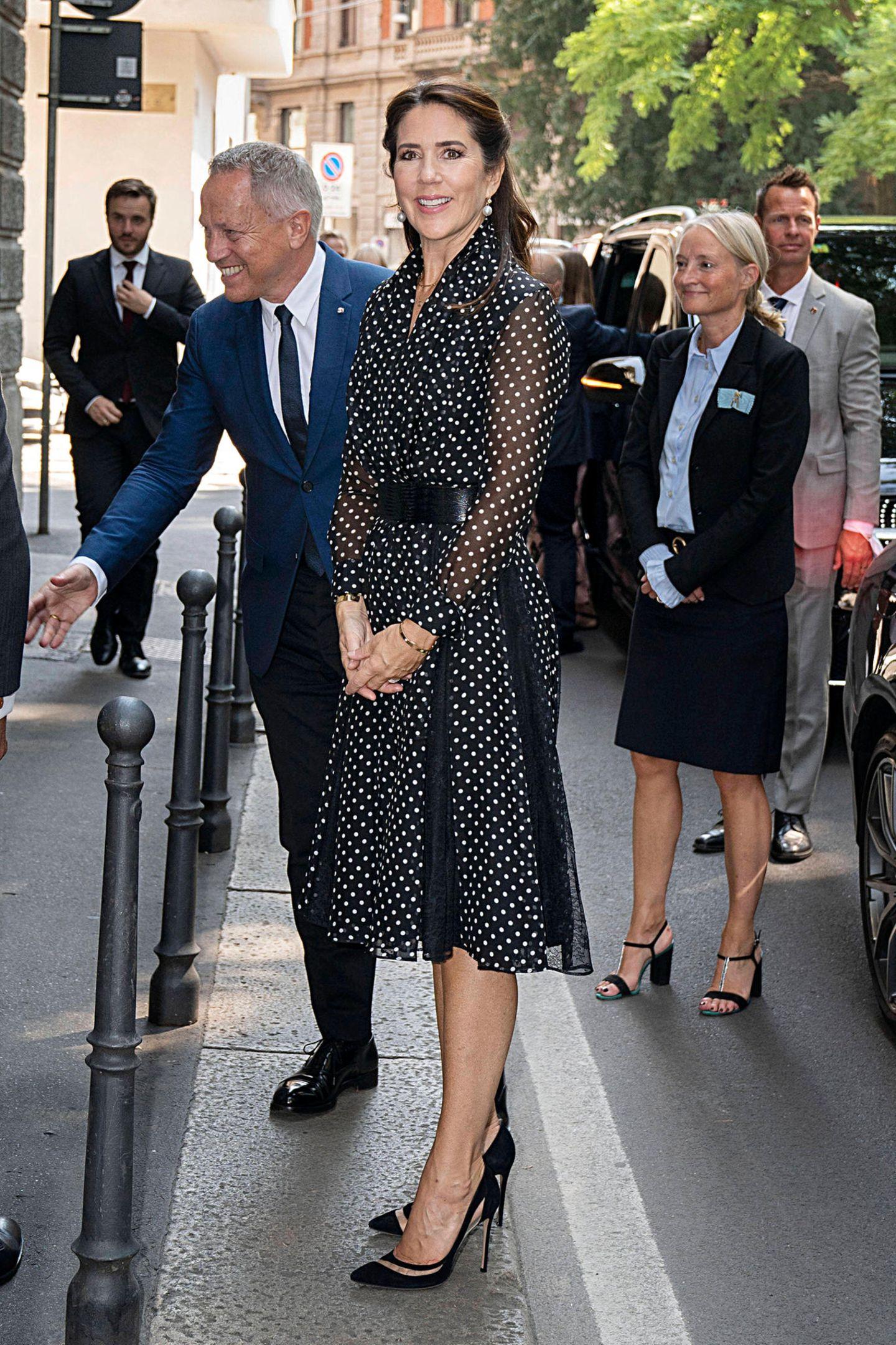 Für ihren Besuch der Mailänder Design-Woche hat sich Prinzessin Mary diesen verspielt-eleganten Polka-Dot-Look von Carolina Herrera ausgesucht, den sie mit einem Ledergürtel von Max Mara und Pumps von Gianvito Rossi kombiniert.