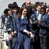 Und auch Kates dunkelblauer Polka-Dot-Style von Prada hat Prinzessin Diana so ähnlich ebenfalls vor vielen Jahren getragen.