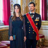 Auch Sofia von Schweden ist Fan der kleinen Pünktchen. Diesen Chiffon-Look in Navyblau von LK Bennett hat die Prinzessin für den Besuch des deutschen BundespräsidentenFrank-Walter Steinmeier mal wieder aus dem royalen Kleiderschrank geholt.