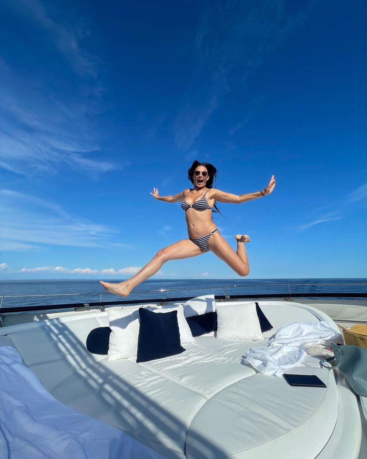 """Demi Moore scheint das Leben in vollen Zügen zu genießen. Auf einer Jacht mit XXL-Lounge wagt sie einen Luftsprung, zeigt dabei ihre Endlos-Beine und ihren durchtrainierten Körper. Dazu schreibt die 58-Jährige: """"Ein letzter Freudensprung vor dem Sprung in den Herbst""""."""