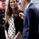 Catherine trug während ihrer Schwangerschaft mit Prinz George 2013 einen ganz ähnlichen Pünktchen-Look in Weiß und Schwarz.