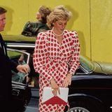 Pünktchen-Looks trug Prinzessin Diana gerne in allen Farben und Größen, und ihre Accessoires passten auch immer perfekt.