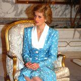 Prinzessin Diana (†) war ein großer Fan von Polka Dots, die besonders in den Achtzigern noch ein wenig populärer waren als heutzutage. Ihre Pünktchen-Looks, wie dieser hier 1989 in Kuwait, habe viele andereinspiriert, auch dieroyalen Damen.