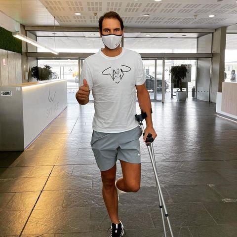 Rafael Nadal liegt zwar nicht mehr im Krankenhaus in Barcelona, sondern schon wieder am Flughafen, aber in Kataloniens Hauptstadt hat der Tennisstar seine Fußverletzung behandeln lassen, deretwegen er die Saison 2021 leider vorzeitig beenden musste. Für den Genesungsprozess in den nächsten Tagen und Wochen wird er erstmal Ruhe abseits des Platzesbrauchen und dankt allen Fans für ihre Unterstützung. Weiterhin gute Besserung!