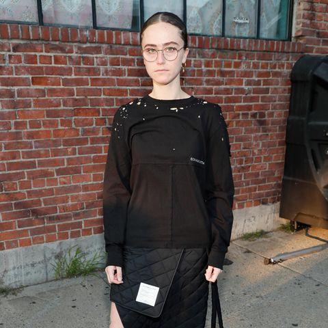 Ella Emhoff inspiriert nicht nur durch ihren Charakter, sondern auch durch ihren Mode-Stil. IhrStyling wirkt unglaublich durchdacht und dabei unverschämt lässig. Soauch bei der Fashion-Show vonEckhaus Latta. Hier setzt die 22-Jährige auf einen Wickel-Stepprockund Pullover in Schwarz.