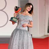 """Pénelope Cruz kann sich über ihreCoppa Volpi alsBeste Schauspielerin für""""Parallel Mothers"""" freuen, und wir freuen uns über ihren verträumten Spitzenlook in Silber von Chanel."""