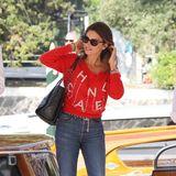 Schon einige Stunden zeigtesich Pénelope in Chanel, mit Jeans und rotem Pullover allerdings lässiger.
