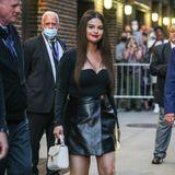 Auch die zehn Jahre jüngere Selena Gomez ist Fan der Tasche. Sie kombiniert die Bag zu einem schwarzen Lederrock sowieeinem Oberteil mit Herz-Ausschnitt.