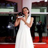 """Maggie Gyllenhaal wurde in Venedig ebenfalls ausgezeichnet, und zwar für """"The Lost Daughter"""" als das Beste Drehbuch. Ihr festlicher Look in Weiß von Proenza Schouler passt perfekt zum schwarzen Löwen."""