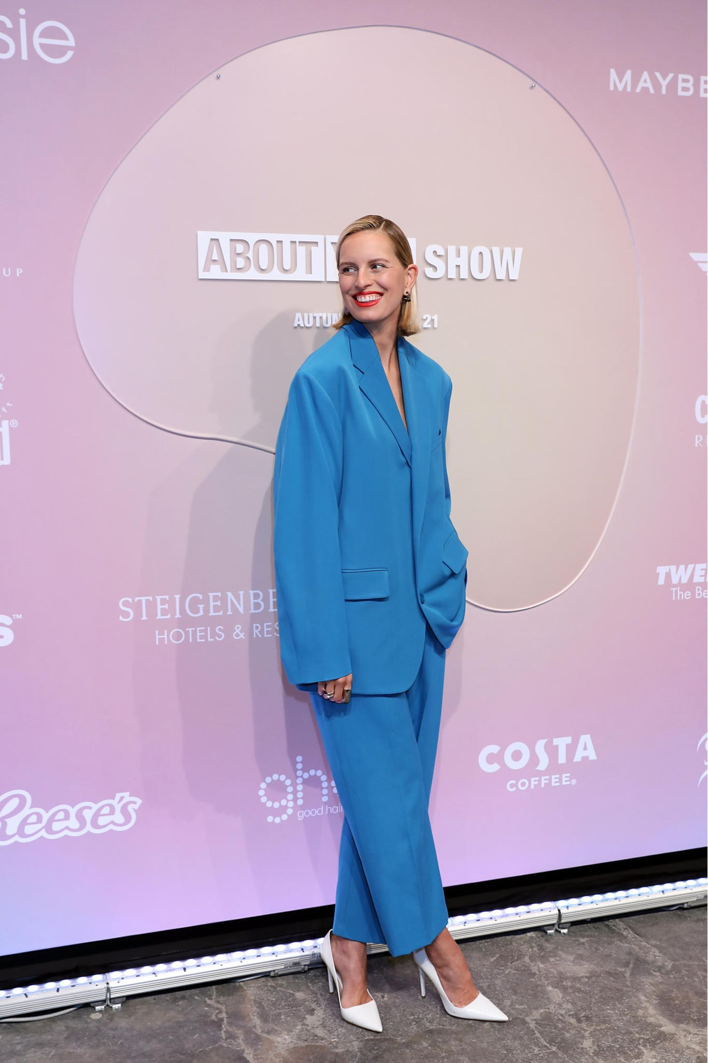 Karolína Kurkovásetzt – ähnlich wie Model Eva Padberg – auf eine Anzugskombination in einem knalligen Blauton. Der locker sitzende Schnitt macht ihren Red-Carpet-Auftritt cool und lässig. Rote Lippen verleihen dem Anzug eine glamouröse Note.