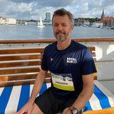 Auch Prinz Frederik ist schon bereit für seinen 10-Kilometer-Lauf beim diesjährigen Royal Run, der in mehreren dänischen Städten stattfindetEr allerdings läuft nicht in Aalborg, sondern inSønderborg und hat, um dort hinzugelangen das Schiff genommen.