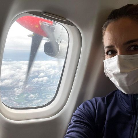 12. September 2021  Prinzessin Mary freut sich schon sehr auf denRoyal Run in Aalborg. Damit sie rechtzeitig dort ankommt, nimmt sie den Flieger in die ca. 40 Flugminuten von Kopenhagen entfernte dänische Stadt und postet aus der Kabine noch schnell dieses Selfie.