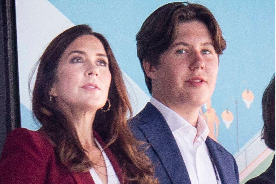 Prinz Christian mit seiner Mutter Prinzessin Mary beim Spiel Dänemark gegen Belgien während der Fussballeuropameisterschaft 2021 im Stadion in Kopenhagen.