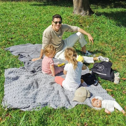 Sprösslinge: Robert Lewandwoski picknickt mit seinen Kindern