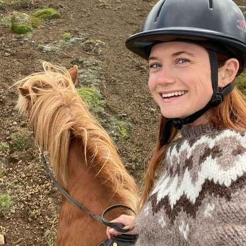 Stars mit Pferd: Bonnie Wright reitet Island-Pony