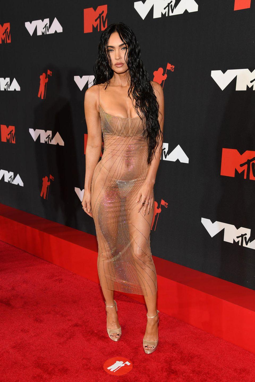Unter dem durchsichtigen mit Perlen besetzen Kleid trägt Megan Fox nur einen hellen String und ein Bralette.