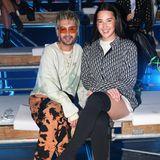 Bill Kaulitz und Alex Mariah Peter, die Gewinnerin der diesjährigen ''Germany's next Topmodel''-Staffel (v.l.n.r), nehmen in der Front-row der ''Leni Klum X About You''-Show Platz. Vor dem Start der Show posieren die beiden lächelnd für die Kameras.