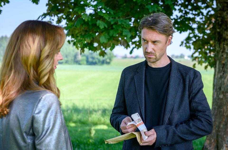 Ariane (Viola Wedekind) bezahlt Patrick (Peter Schorn) dafür, dass er Lia und Robert auseinanderbringt.