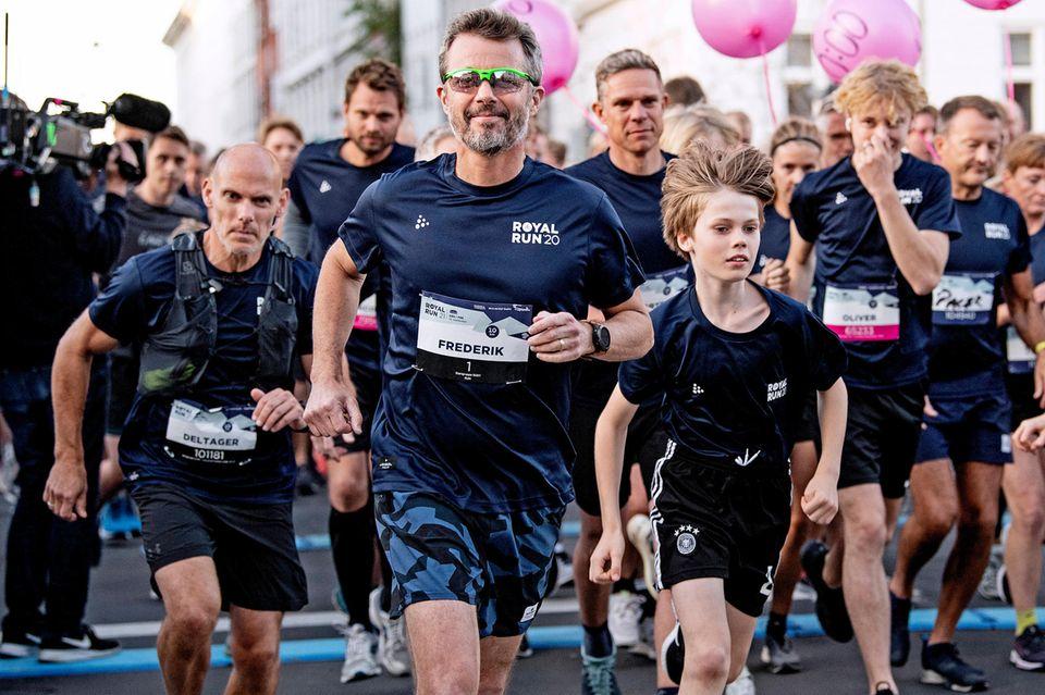 Royal Run 2021: Prinz Frederik startet mit Sonnenbrille seinen Lauf