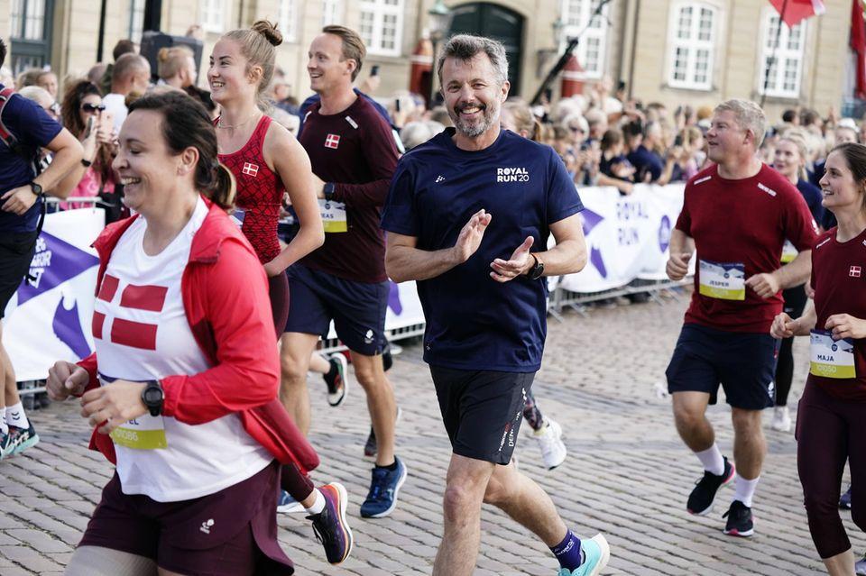 Royal Run 2021: Prinz Frederik klatscht während seines Laufes dem Publikum zu