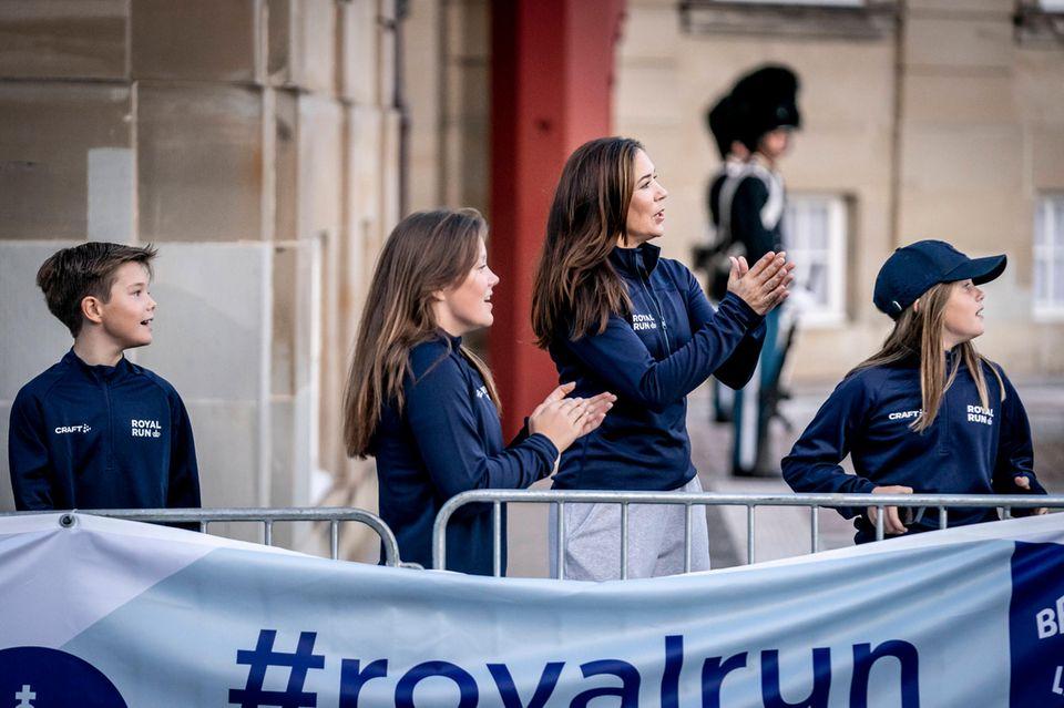 Royal Run 2021: Prinzessin Mary und Kinder klatschen