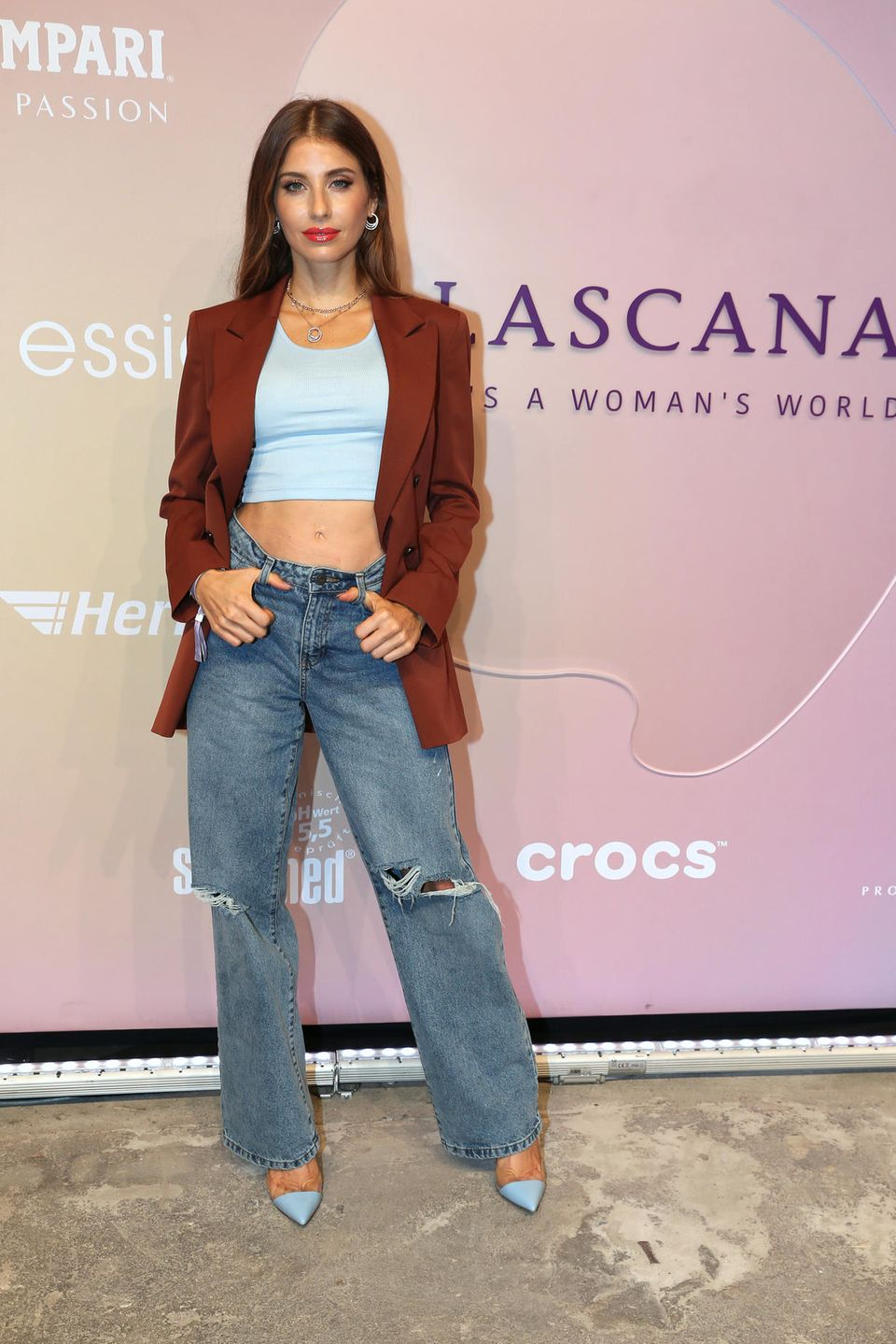 In einem lässigen Street-Style-Look mit rotem Blazer und weit geschnittener Destroyed-Jeans zeigt sich Cathy Hummels vor der Lascana-Show.