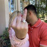 """""""Ich kann es einfach nicht glauben!!!"""" Mit diesen Worten präsentiert Sängerin Britney Spears ihren Verlobungsring. Nach rund vier Jahren Beziehung mitSam Asghari haben sich die beiden nun verlobt. Der Ring an Britneys Finger istvon dem New Yorker Juwelier Roman Malayev mit einem runden4-Karat-Brillantstein, der das Wort """"Löwin"""" eingraviert haben soll."""