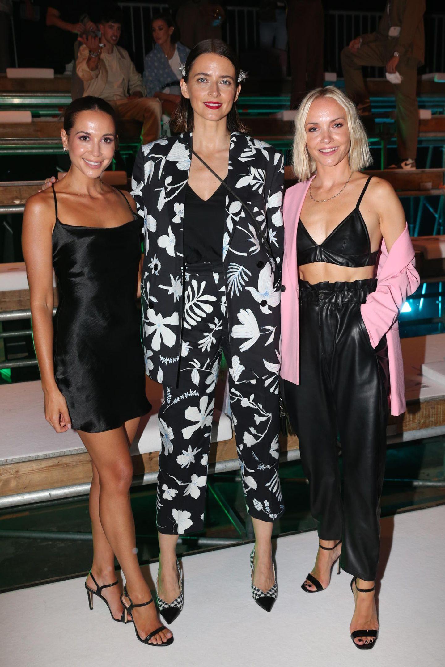 Im stylischen Dreier-Gespann zeigen sich Mandy Capristo, Eva Padberg und Janin Ullman (v.l.n.r.) vor der Eröffnungsshow der About You Fashion Week 2021.