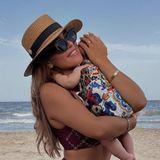 Auf ihrem neusten Instagram-Post hält die ehemalige ''Bachelorette'' ihre Tochter fest in den Armen und posiert vor einer wunderschönen Strandkulisse. Von ihrer XXL-Babykugel ist nicht mehr viel zu sehen: Die Influencerin zeigt sichmit schlanker Körpermitte und begeistertmit diesemSchnappschuss ihre Fans.