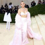 Schauspielerin Kate Hudson erscheint in einem rosafarbenen Zweiteiler mit passendem Fake-Fur-Mantel von Michael Kors.