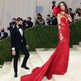 Emily Ratajkowski begeistert in einem roten Kleid mit ordentlich Spitze von Vera Wang.