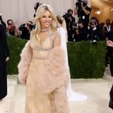 Bei Sienna Miller fällt die Wahl auf ein glamouröses Kleid von Gucci. Hinter dem Look steckt die Stylistin Kate Young.