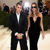 Die Biebers kommen einheitlich in Schwarz. Justin trägt einen Suit von seinem eigenen LabelDrew, Hailey setzt auf ein enges Samtkleid von Saint Laurent und eine Kette von Tiffany & Co.. Auch wenn die beiden toll aussehen, hätte man sich für so ein glamouröses Event etwas mehr Mut von dem stylischen Paar erhofft.