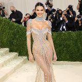 Für einen echten Highlight-Moment sorgt Kendall Jenner in ihrem durchsichtigen Kristall-Kleid von Givenchy.