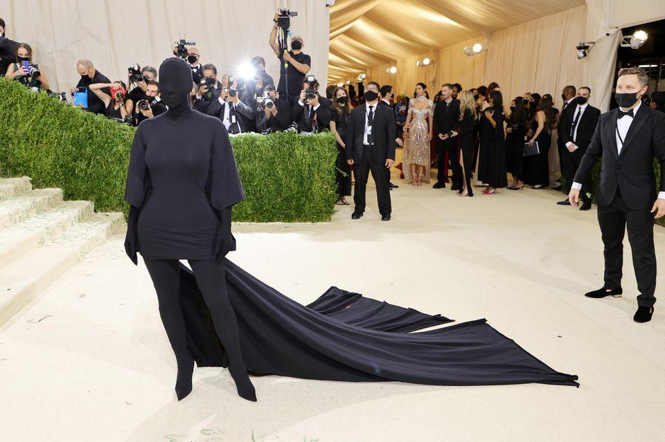 Ist das etwa …? Ja, unter diesem Fetisch-Look versteckt sich Kim Kardashian. Das eher fragwürdige Design stammt aus dem Hause Balenciaga.