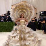 """Für einen echten """"Met""""-Moment sorgt Supermodel Iman in einem dramatischen Kleid von Harris Reed in Zusammenarbeit mit Dolce & Gabbana."""