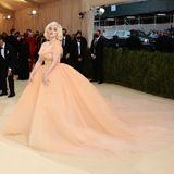Co-Host Billie Eilish lässt ihrer inneren Marilyn Monroe ihrem Kleid von Oscar De La Renta und edlem Schmuck von Cartier freien Lauf.