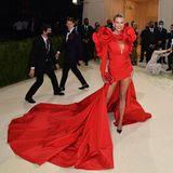 Topmodel Karlie Kloss strahlt in einem Kleid von Carolina Herrera. Inspiriert wurde das Design von einer Rose.