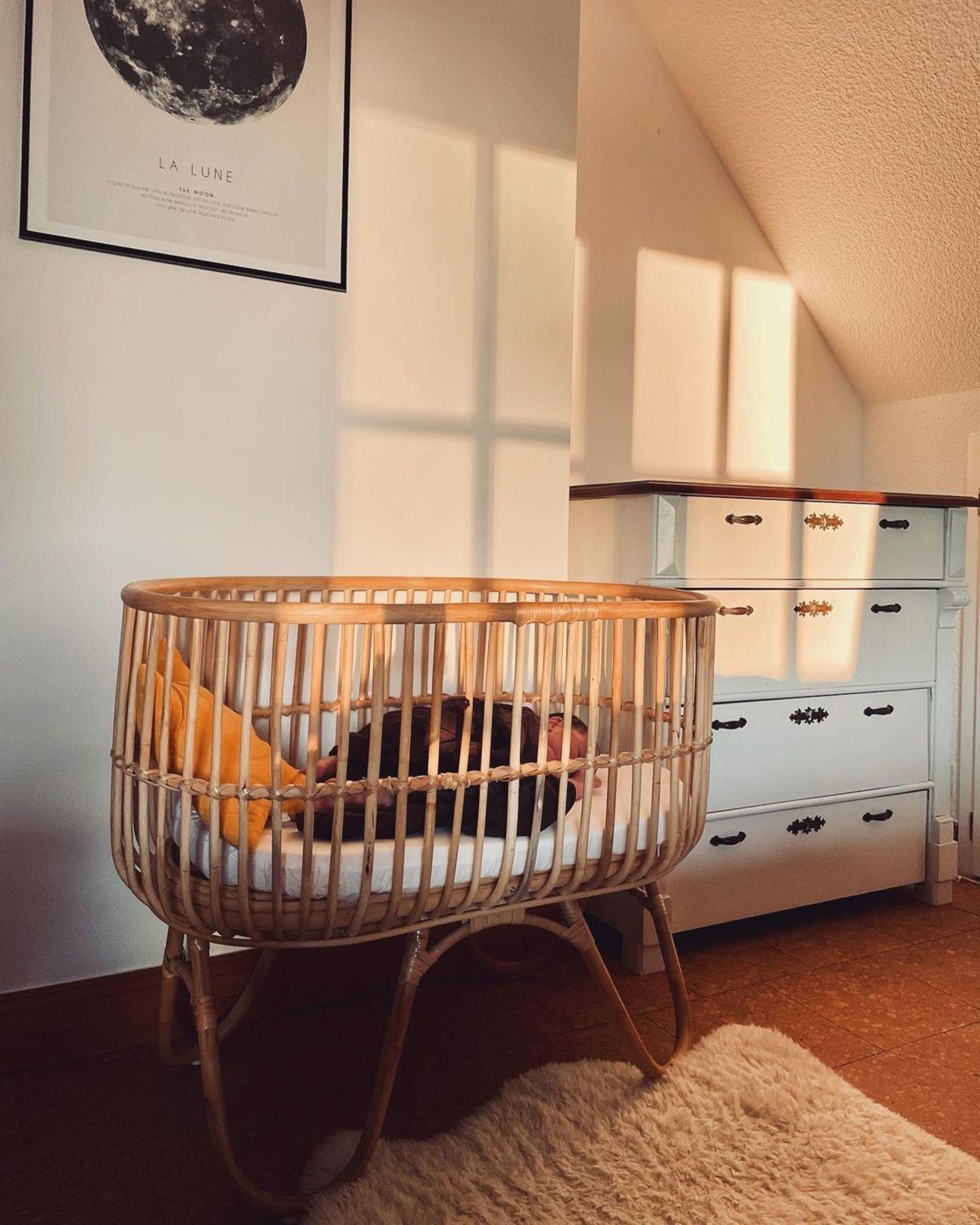 Kinderzimmer der Stars: Svenja Holtmanns Baby liegt im Kinderbettchen