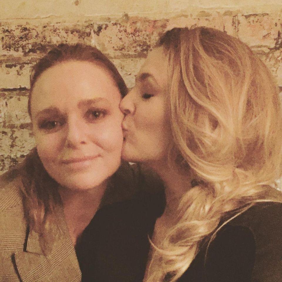 Star-Freundschaften: Stella McCartney knutscht Drew Barrymore auf die Wange