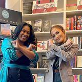 Stars mit Buch: Jennifer Lopez vor Bücherregal