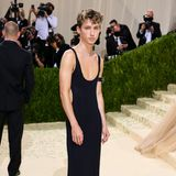 Ein toller Look! Troye Sivan sagt eingestaubten Geschlechterrollen mit seinem Kleid von Altu und Schmuck von Cartier den Kampf an.