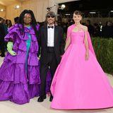 """""""Valentino""""-Kreativdirektor Pierpaolo Piccioli kommt in Begleitung von Whoopie Goldberg und Carey Mulligan. Beide tragen natürlich Valentino."""