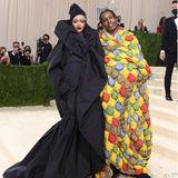 Der Moment, auf den viele Fans gewartet haben. Rihanna erscheint gemeinsam mit ihrem Freund A$AP Rocky auf dem Red Carpet. Beide tragenDesigns von Balenciaga, die eher an eine Übernachtungsparty, als eine Gala erinnern.